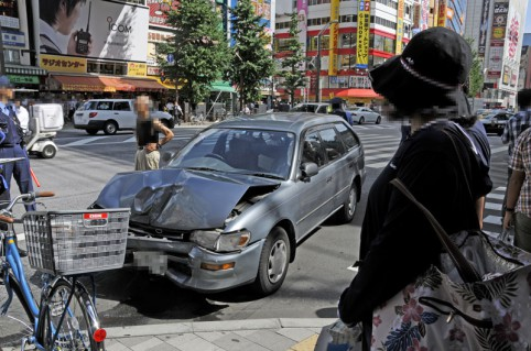 歩道に突っ込んだ自動車