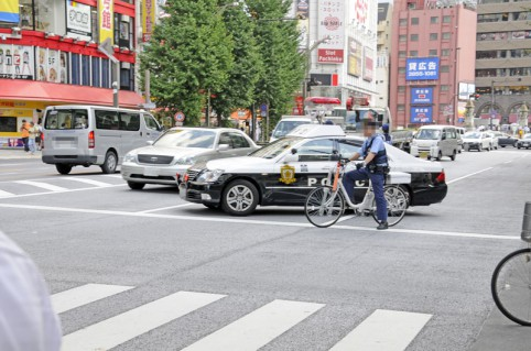 事故現場を交通整理する万世橋警察