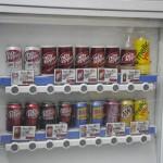"""ペットボトルタイプの""""Dr Pepper""""が三月兎の自販機に登場"""