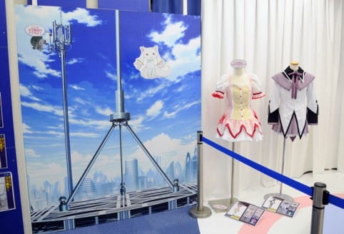 OPの最後に出てくる電波塔とコスプレを背景に記念撮影