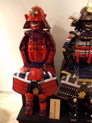 稚児鎧は、普通の鎧よりも小さいです。これは真田幸村モデル