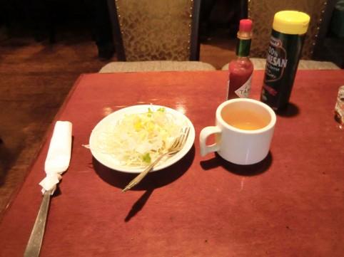 前菜のコンソメとサラダ