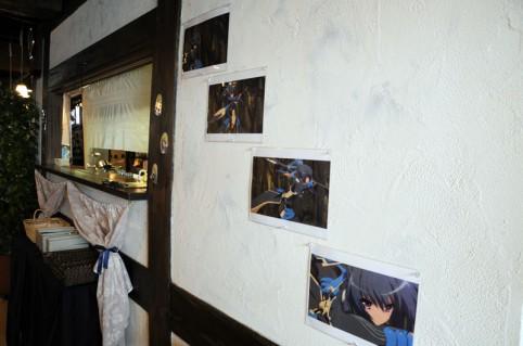 登場人物の設定画やアニメの場面カットが店内に展示されている(・ω・ノ)ノ