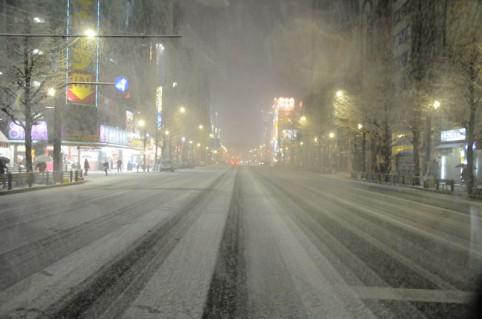 雪で真っ白になった中央通り(・ω・ノ)ノ午後10時20分頃