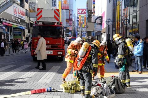 消火活動の準備をする消防隊員さん(p`・ω・´q)