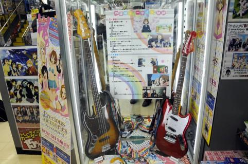 レジ横には澪ちゃんと梓にゃんのギターが展示されています(≧▽≦)