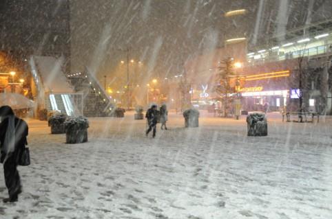 雪の中足を滑らせながら秋葉原駅を目指ビジネスマン