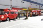 消火も終わり撤退準備をする消防隊員