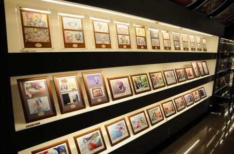 イラストやワンカットシーンなどが展示棚にセンス良く展示されています。(。^ω^)ノ゙♪