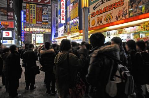 18時過ぎにはゲーマーズ本店前は200人程の戦士の方々でカオスな状態でした(・ω・ノ)ノ