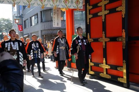 江戸消防記念会の鳶頭が、木遣りの声も高らかに参進してきました(`・ω・´)ノ