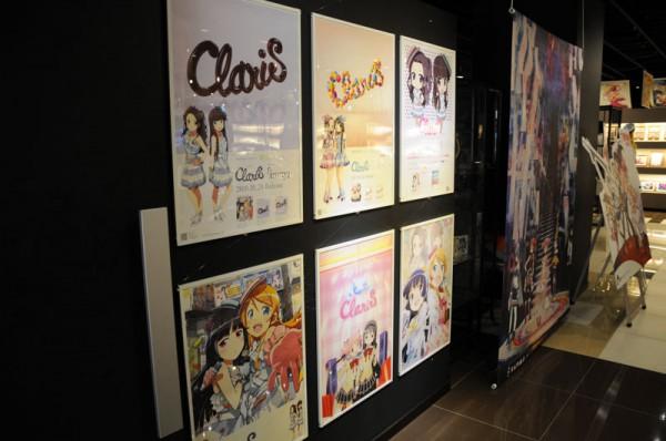 カフェ入口には今迄発売されたシングルの広告ポスターなどが展示