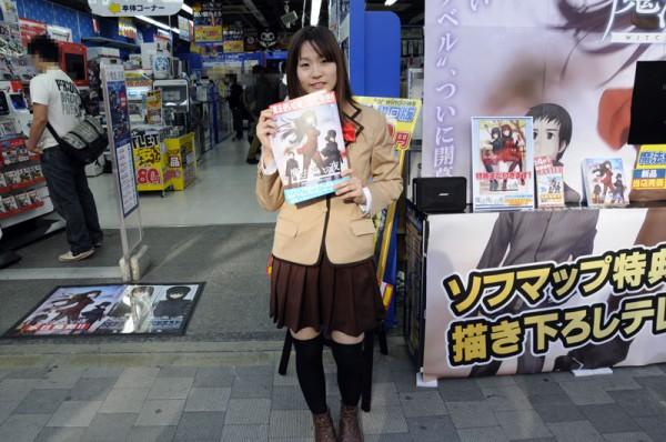 ソフマップAM館前では、蒼崎青子のコスをしたレイヤーさんが販促