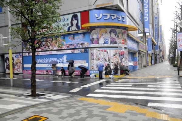 午前7時にはアキバ☆ソフマップ1号店に早くも待機列が(。・ω・。)ゞ