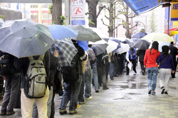 9時半頃のソフマップAM館前、雨の中皆さん頑張って開店を待ってました
