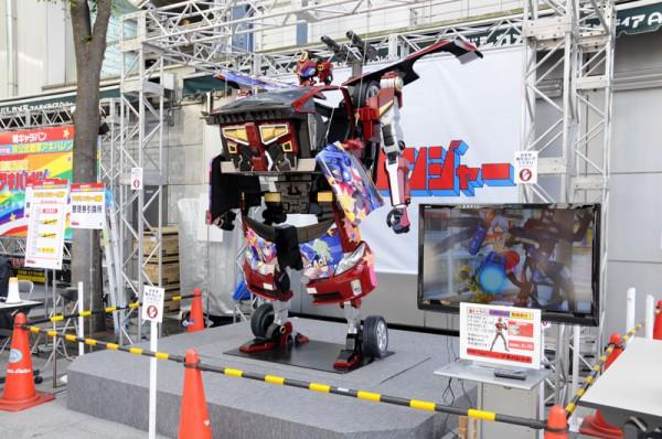 ヨドバシAkiba正面入口にはマシン痛シャーロボが展示されています