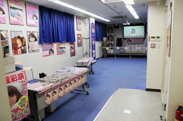 パネル展入口、大型画面でPV映像が流れパネル・衣装などが展示されてます