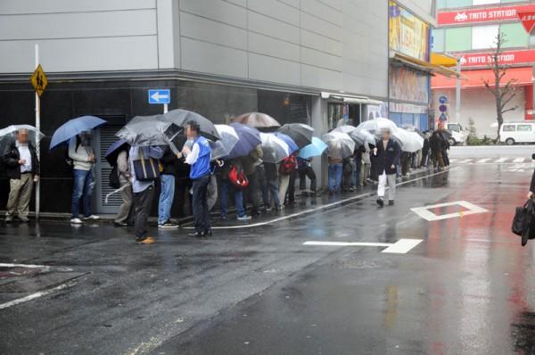 アキバ☆ソフマップ1の待機列は店舗裏道の方まで出来てました