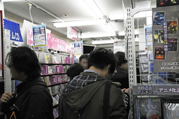 19時頃のゲーマーズ本店4F、偽物語発売も混じり店内を折り返す程の列が