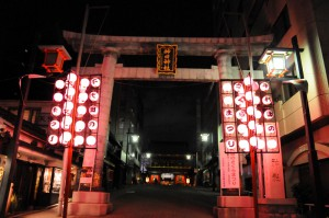 さくら祭りの提灯が飾れた神田明神鳥居