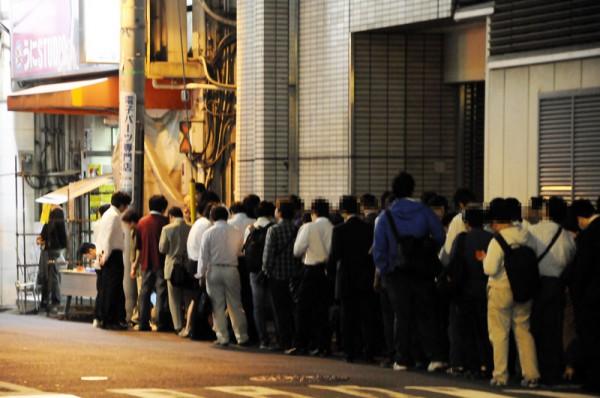 三月兎2号店前に列を作るファンの方々、先頭付近の方は18時から並んで