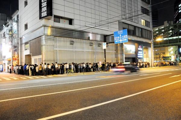20時頃には三月兎2号店を先頭に長い列が形成されていました
