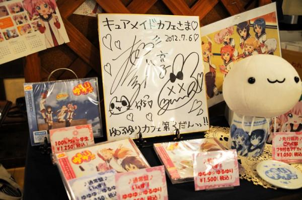 初日の午前中に京子役の大坪由佳さんと、ちなつ役の大久保瑠美さんが来店しサインを