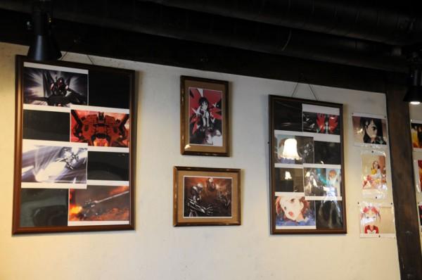 黒雪姫・ハルユキ・千百合・由仁子等々の登場人物の設定画やアニメでの場面カットが店内に