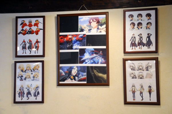 登場人物の設定画やアニメでの場面カットが店内に展示されています