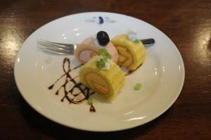 水着姿の和奏、紗羽、来夏をイメージしたロールケーキ